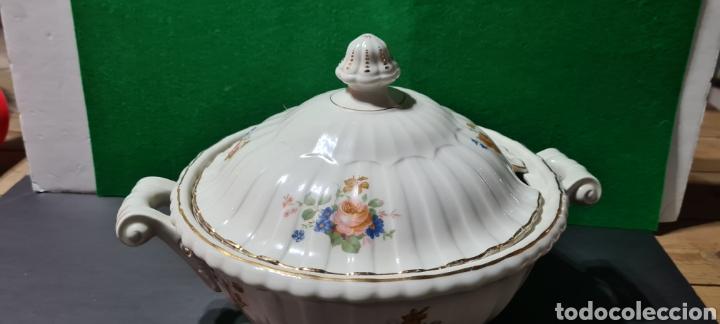 Antigüedades: Preciosa sopera de cerámi con sello en la base. De motivos florales y bordes dorados. Muy elegante. - Foto 2 - 255989680