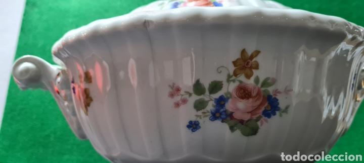 Antigüedades: Preciosa sopera de cerámi con sello en la base. De motivos florales y bordes dorados. Muy elegante. - Foto 6 - 255989680