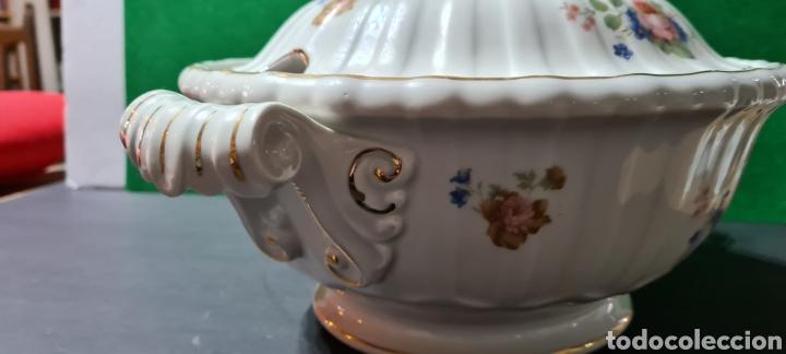 Antigüedades: Preciosa sopera de cerámi con sello en la base. De motivos florales y bordes dorados. Muy elegante. - Foto 8 - 255989680