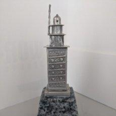 Antigüedades: TORRE DE HERCULES DE PLATA DE LEY - JOYERIA DANIEL - ALTO CON PEANA 13 CM. Lote 255989720