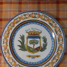 Antigüedades: PLATO CERAMICA DE TALAVERA 1975 AYUNTAMIENTO DE CERCEDILLA MADRID 39,5 CMTS DE DIAMETRO. Lote 255992060