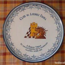 Antigüedades: PLATO CERAMICA DE TALAVERA GARRIDO CLUB DE AJEDREZ EBORA 1985 DEDICADO ROMAN TORAN 37 CMTS DIAMETRO. Lote 255993555