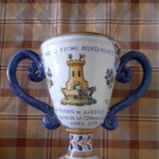 Antigüedades: JARRA TROFEO CERAMICA DE TALAVERA TORNEO DE AJEDREZ CIUDAD DE LA CERAMICA 1974 23,5 CMTS ALTO. Lote 256001145