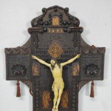 Antigüedades: ESPECTACULAR CRUCIFIJO - CRISTO DE MARFIL - CRUZ EN TALLA DE MADERA Y MARQUETERÍA - S. XVIII-XIX. Lote 256003050