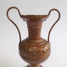 Antigüedades: ANTIGUO JARRÓN DE COBRE CON BONITOS MOTIVOS GRABADOS. 24 CM.. Lote 256006870