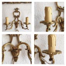 Antigüedades: PAREJA DE APLIQUES ANTIGUOS DE PARED EN BRONCE DORADO CON LUZ 220V. VELAS CANDELABRO PORTAVELAS. Lote 256009145