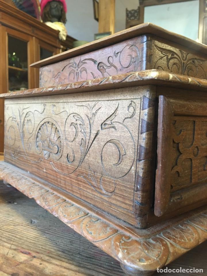 Antigüedades: Caja costurero o tocador antiguo f.s. XVIII en nogal tallado Dolores con pomo de hueso y espejo - - Foto 3 - 256026750