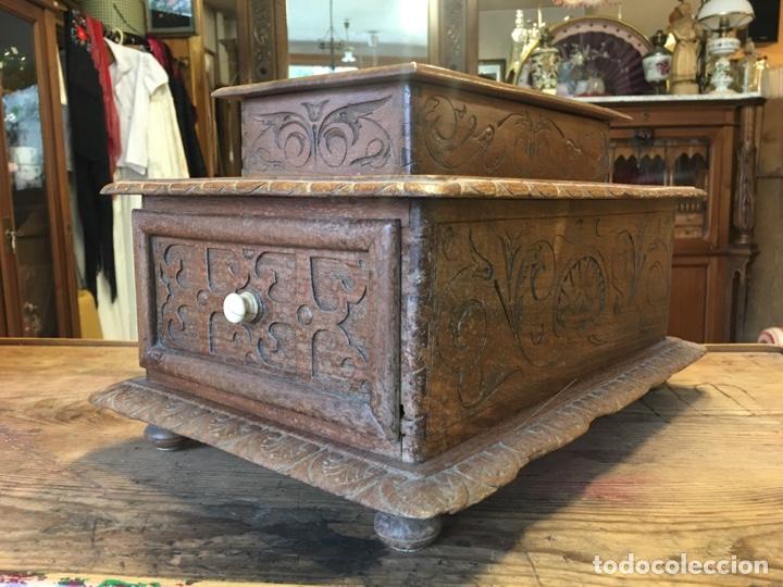 Antigüedades: Caja costurero o tocador antiguo f.s. XVIII en nogal tallado Dolores con pomo de hueso y espejo - - Foto 4 - 256026750