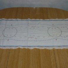 Antigüedades: ANTIGUO TAPETE CAMINO DE MESA BORDADO A MANO.120 X 40 CM.APROX.. Lote 256033055