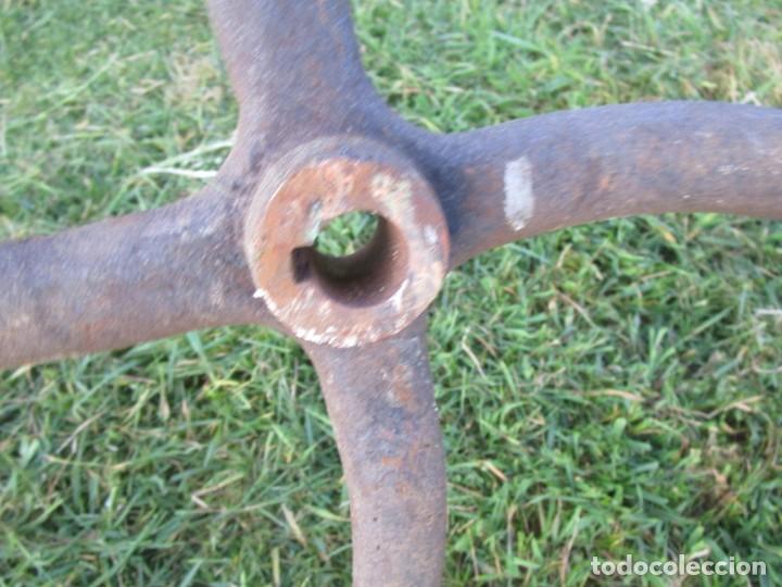 Antigüedades: ANTIGUO VOLANTE RUEDA INERCIA PARA MOVIMIENTOS EN MÁQUINAS AGRICOLAS, BOMBAS AGUA ETC 78CM DIAMETRO+ - Foto 4 - 256039405