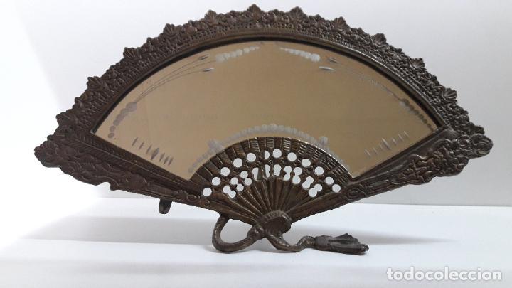 Antigüedades: ABANICO DE BRONCE CON ESPEJO DECORADO . MEDIDA DE FRENTE 39 CM - Foto 4 - 256051935