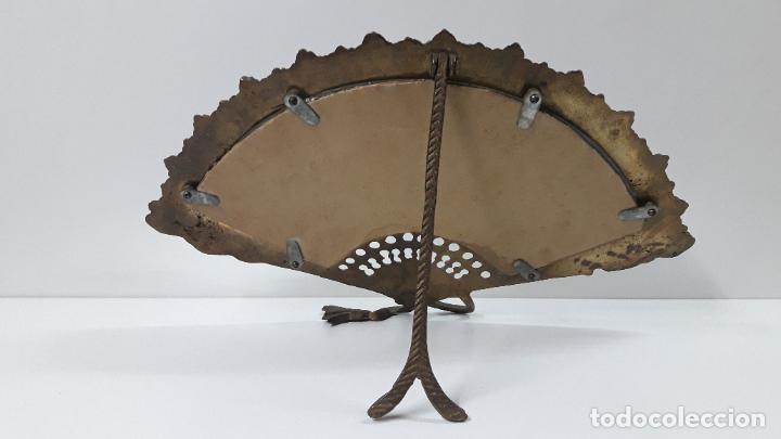 Antigüedades: ABANICO DE BRONCE CON ESPEJO DECORADO . MEDIDA DE FRENTE 39 CM - Foto 5 - 256051935