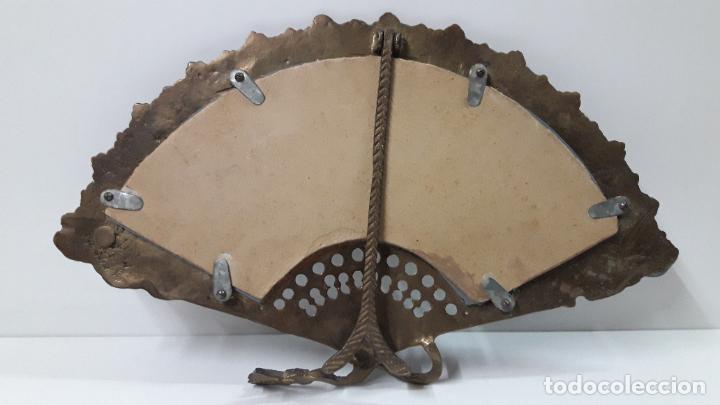 Antigüedades: ABANICO DE BRONCE CON ESPEJO DECORADO . MEDIDA DE FRENTE 39 CM - Foto 7 - 256051935