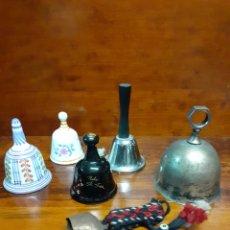 Antigüedades: LOTE DE 6 CAMPANAS DE VARIOS MATERIALES, PORCELANA, METAL, LATÓN, ETC... TODAS FUNCIONALES.. Lote 256057165
