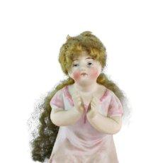 Antigüedades: FIGURA NIÑA PORCELANA BISCUIT, CON CABELLLO CA 1900. FIGURINE, BISQUE PORCELAIN WITH HAIR 98X45X50MM. Lote 227559520
