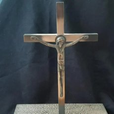 Antigüedades: CRISTO CRUCIFICADO CON BASE. DISEÑO SINGULAR. Lote 256090685