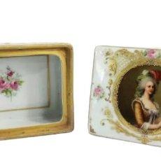 Antigüedades: CAJA EN PORCELANA. RETRATO PINTADO A MANO. MARIE ANTOINETTE. PORCELAIN BOX WITH PAINTED PORTRAIT.. Lote 241743865