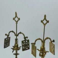 Antigüedades: PAREJA DE CANDELABROS DE BRONCE. Lote 256163090