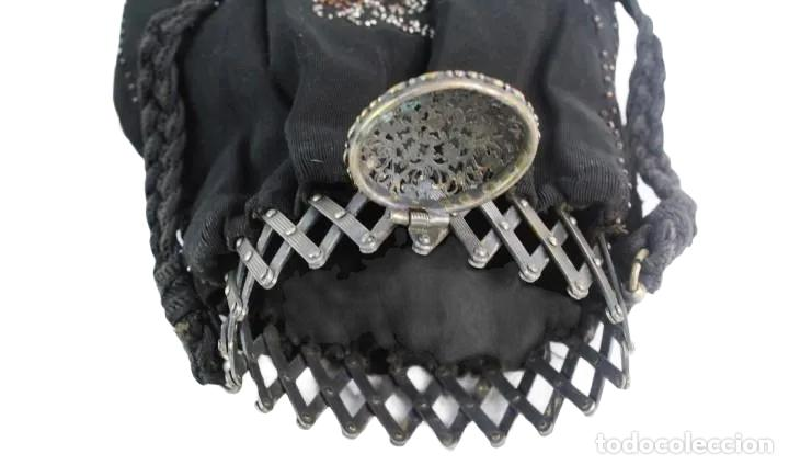 Antigüedades: bellísimo bolso de dama en seda y cuentas de metal. Boquilla extensible. ca 1890 23x16cm - Foto 7 - 227269795