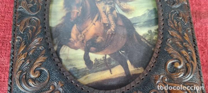 Antigüedades: CONJUNTO DE 3 MARCOS. CUERO REPUJADO. TRASERAS DE MADERA. CIRCA 1960. - Foto 3 - 256314880