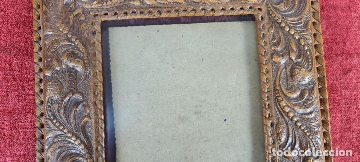 Antigüedades: CONJUNTO DE 3 MARCOS. CUERO REPUJADO. TRASERAS DE MADERA. CIRCA 1960. - Foto 7 - 256314880