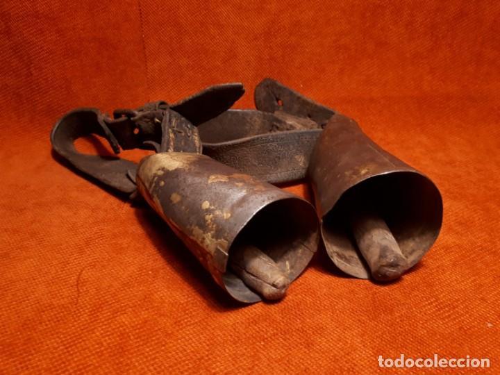 Antigüedades: LOTE DOS CENCERROS ANTIGUOS DE LATÓN, MUY BUEN SONIDO - Foto 2 - 257299310