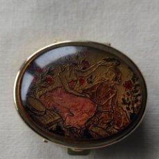 Antigüedades: CAJITA PASTILLERO CON BONITA DECORACIÓN. Lote 257308725