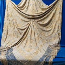 Antigüedades: MANTÓN BORDADO EN SEDA. Lote 257311090