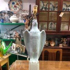 Antigüedades: PRECIOSA LAMPARA DE CERAMICA MANISES EN FORMA DE AGUILA - MEDIDA TOTAL 80 CM. Lote 257316250