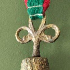 Antigüedades: CAMPANA DE BRONCE CON RELIEVE ANTIGUA. Lote 257318490