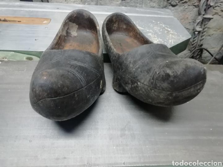 Antigüedades: Pareja de ZUECOS MADREÑAS antiguos - Foto 2 - 257327460