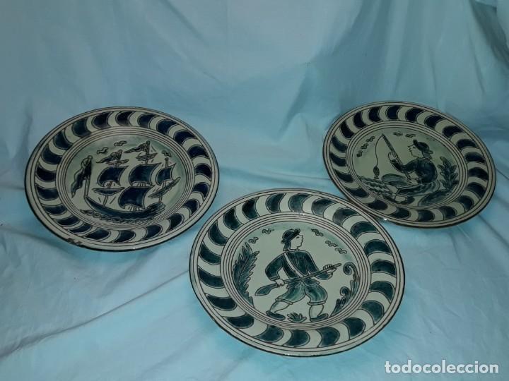 Antigüedades: Lote 3 platos cerámica vidriada Catalana Buxó Carabela, Cazador y Pescador 24.5cm cada - Foto 2 - 257347805