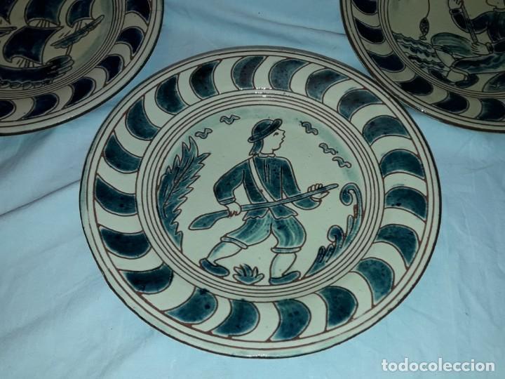 Antigüedades: Lote 3 platos cerámica vidriada Catalana Buxó Carabela, Cazador y Pescador 24.5cm cada - Foto 3 - 257347805