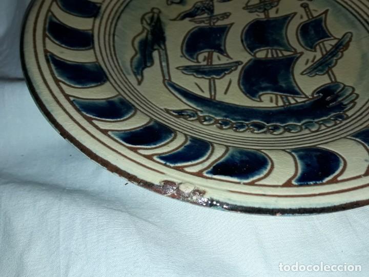 Antigüedades: Lote 3 platos cerámica vidriada Catalana Buxó Carabela, Cazador y Pescador 24.5cm cada - Foto 6 - 257347805