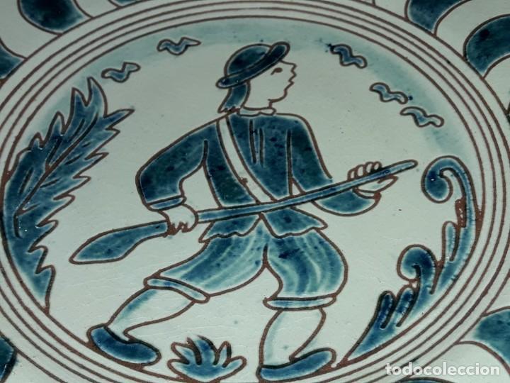 Antigüedades: Lote 3 platos cerámica vidriada Catalana Buxó Carabela, Cazador y Pescador 24.5cm cada - Foto 10 - 257347805