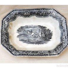 Antigüedades: BANDEJA HONDA DE CARTAGENA, LA AMISTAD, VALARINO SIGLO XIX, ESCENAS DE CAZA. Lote 257348510