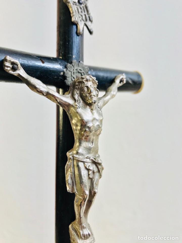 Antigüedades: CRISTO CON PEANA CRUZ DE MADERA Y JESUCRISTO DE LATÓN CROMADO IMAGEN RELIGIOSA PARA MESA - Foto 5 - 257376970