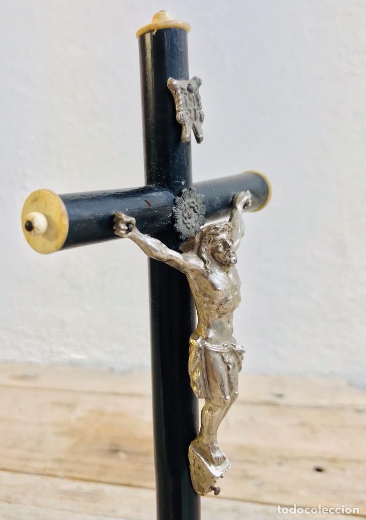 Antigüedades: CRISTO CON PEANA CRUZ DE MADERA Y JESUCRISTO DE LATÓN CROMADO IMAGEN RELIGIOSA PARA MESA - Foto 8 - 257376970