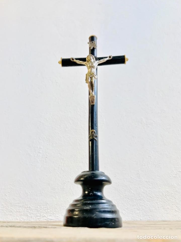 CRISTO CON PEANA CRUZ DE MADERA Y JESUCRISTO DE LATÓN CROMADO IMAGEN RELIGIOSA PARA MESA (Antigüedades - Religiosas - Cruces Antiguas)