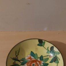 Antigüedades: ANTIGUO PLATO CHINO DE PORCELANA CON LATÓN. Lote 257396100