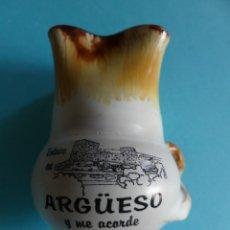 Antigüedades: ORIGINAL JARRA PEQUEÑA DE CERAMICA CON DIBUJO DEL CASTILLO DE ARGUESO (CANTABRIA) - VER FOTOS. Lote 257471920