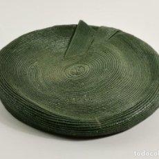 Antigüedades: SOMBRERO DE RAFIA VERDE. MEDIADOS S.XX.. Lote 257652020