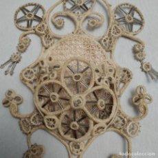 Antigüedades: MAJESTUOSA BENDITERA DE PARED PUNTO DE GANHILLO CON ABALORIOS DE CRISTAL. Lote 257727350