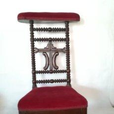 Antigüedades: RECLINATORIO PORTUGUÉS DE NIÑO. MADERA TORNEADA Y TALLADA. TERCIOPELO ROJO. Lote 257823825