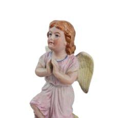 Antigüedades: ÁNGEL ORANTE EN PORCELANA BISCUIT. THURINGIA CA 1920. 15X8X9CM. Lote 258001185