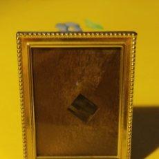 Antigüedades: PEQUEÑO PORTAFOTOS CON LÁMINA DE PLATA DORADA CONTRASTADA, JOYERÍA,AÑOS 70.. Lote 258106960