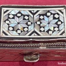 Antiquités: PRECIOSA CAJA PASTILLERO, EN PLATA DE LEY, Y NÁCAR.. Lote 258112165