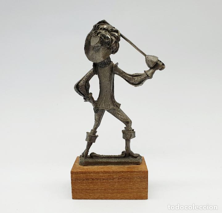 Antigüedades: Figura antigua de Aramis, uno de los Mosqueteros en peltre cincelado a mano sobre peana de madera . - Foto 5 - 258143035