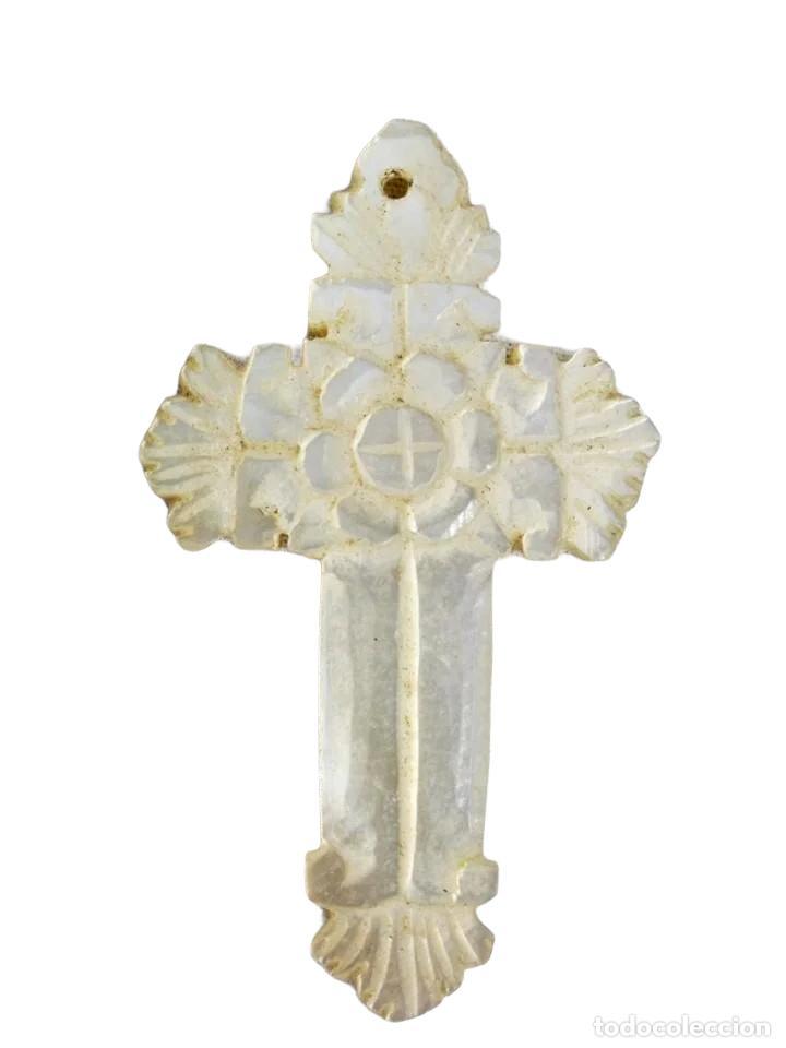 CRUCIFIJO EN NÁCAR TALLADO CA 1890 - 5X3CM (Antigüedades - Religiosas - Crucifijos Antiguos)
