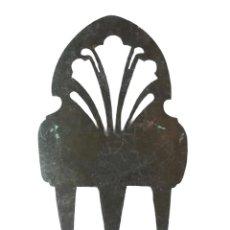 Antigüedades: PEINETA SXIX EN METAL NO FÉRRICO 21X12CMS 81GR. Lote 240787285